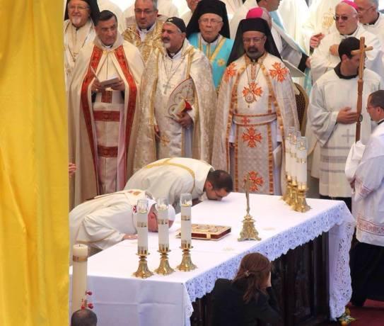 diacono y papa besan altar