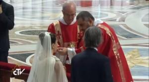 Los diáconos dan la comunión con el Papa