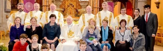 14303_el_obispo_de_elphin__irlanda__con_6_diaconos__sus_esposas_e_hijos__ordenados_en_2012__en_eeuu_hay_mas_diaconos_que_en_europa