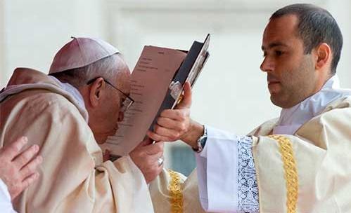 Resultado de imagen de el sacerdote levanta los evangelios