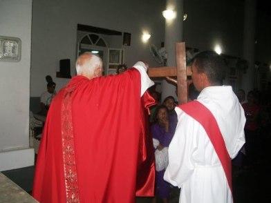 P. Amalio desnuda la cruz