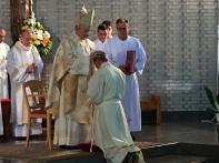 D. Carlos Osoro, cardenal arzobispo de Madrid impone las manos a Luis Mª.