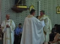 Luis Mª. es revestido con la dalmática por su hermano Juan