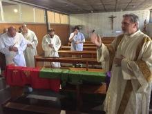 El ya diácono Luis Mª. bendice a sus hermanos en el ministerio