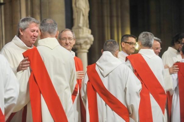 Le-8-octobre-2011-anciens-nouveaux-diacres-congratulent-lors-ordination-7-diacres-permanents-cathedrale-Notre-Dame-Paris_1_1400_851